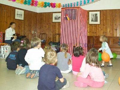 I bambini attratti dal teatrino
