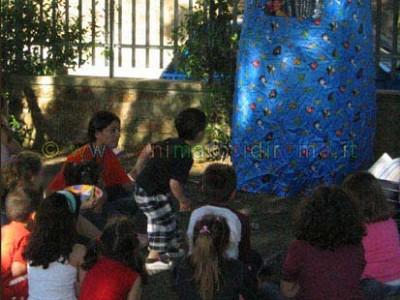 I bambini seguono con interesse la rappresentazione